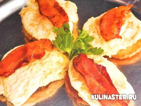 Яйца жареные с беконом  простой рецепт